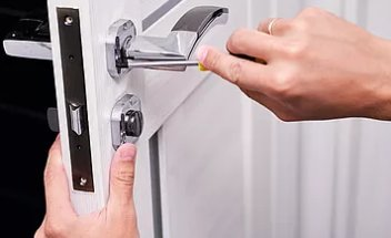 Lock repair and install residential locksmiths near Davie